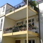 Bursian Balkone aufgestützt